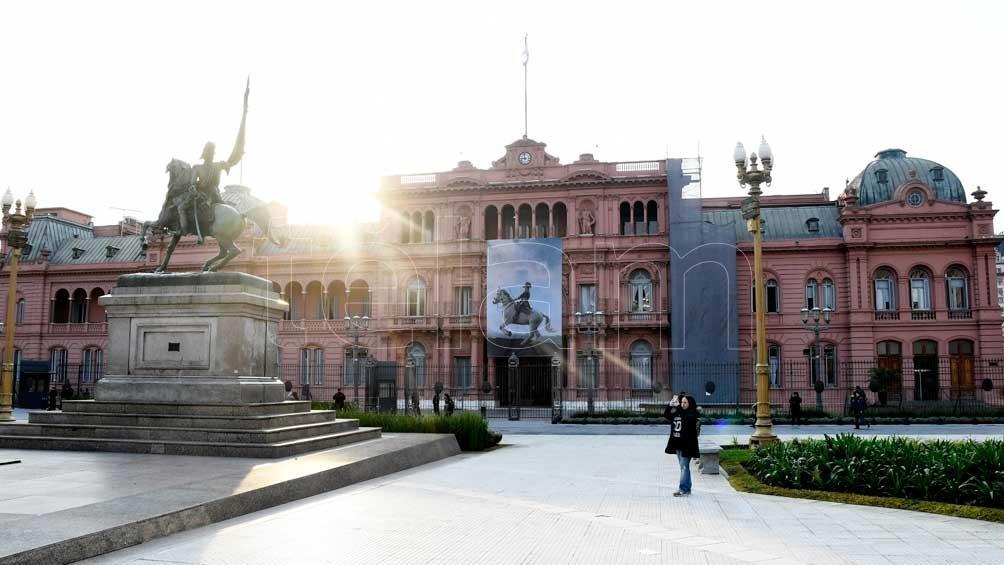 Una gigantografía del general San Martín decora la fachada de la Casa Rosada