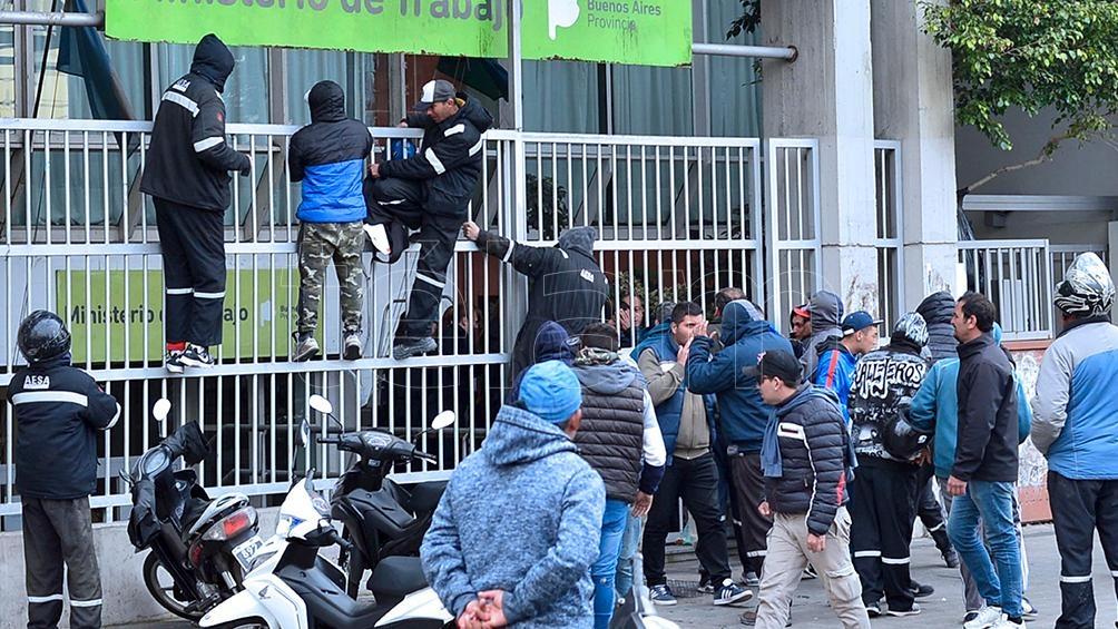 Tensión en la destilería de YPF Ensenada por nuevos choques entre facciones de la Uocra La Plata